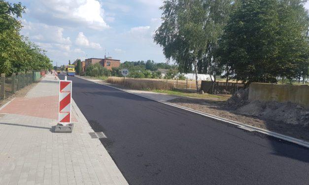 """Informacja zrealizacji zadania pn: """"Przebudowa drogi gminnej nr625027P  wmiejscowości Broniszewice"""""""